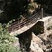 Unterwegs in Los Cahorros (Rückweg) - In unmitelbarer Nähe der großen Hängebrücke, Puente Colgante de Los Cahorros, etwas weiter flussabwärts, liegt diese kleine Brücke (von uns auf dem Hinweg genutzt).