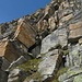 Genau in der Bildmitte ist die per Strickleiter überwundene hellgraue Felswand.