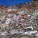 Aufstieg zum Mittlebärgpass - durch Geröll bis links des Schneefeldes, dann durch die roten Felsen hoch
