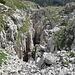 Eine der vielen Karsthöhlen zwischen Zwinglihütte und Mutschen