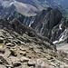 """Gipfel Mount Sneffels - Im Vordergrund ist das Gelände zu sehen, über welches wir zum Schluss auf den Gipfel gestiegen sind. """"Dahinter"""" befindet sich das Couloir (nicht sichtbar), durch welches """"normal"""" der Aufstieg bis fast zum Gipfel führt, die gezackte Felswand (links) begrenzt das Couloir nordöstlich. Der Lavender Col (rechts) scheint zum Greifen nah, liegt allerdings etwa 180 m unter dem Gipfel. Der markante Fels """"hinter"""" Lanvender Col ist Kismet (4.174 m)."""