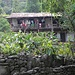 auf ungefähr 1500m Höhe ändert sich auch der Baustil. Von den anfänglichen Bambuswänden der Häuser sieht man jetzt schon gemauerte Wände