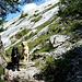 """Shaddy und Finny vor der """"Schlüsselstelle"""" - vom Gletscher geschliffene Felsplatten müssen gequert werden."""