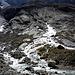 Mitten aus den Felsen  bricht ein Gletscherbach hervor...Grund genug um sich das mal aus der Nähe anzusehen.