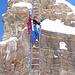 Francesca sulla scala del Beverin. Sulla destra si notano i gradini infissi nella roccia della vecchia scala.