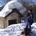 Fabiano davanti ad una baita carica di neve a Selletto.