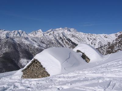 Baite cariche di neve con una vista fantastica.