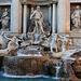 Roma (37m): Fontana di Trevi. Der Brunnen wurde 1732-1762 nach einem Entwurf von Nicola Salvi im spätbarocken, im Übergang zum klassizistischen Stil, erbaut. Er ist eine der wichtigsten Sehenswürdigkeiten der italienischen Hauptstadt.