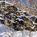 Auch im Winter sind die Gesteinsfaltungen gut zu erkennen.