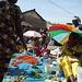 Marché St Maur: Die Frauen bringen das mit, was sie selbst angebaut haben. Die meisten Bewohner/innen in Ziguinchor leben von der Hand in den Mund.