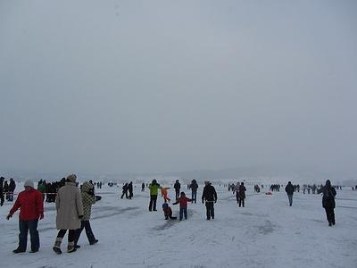 Trotz eisiger Kälte geniesst das Oberland die doch eher selten gewordene Möglichkeit, auf dem See zu spazieren
