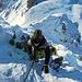 der Schnee war griffig und die Steine wenig vereist. Die Stahlseile waren bis zur Hälfte frei, danach ging eine improvisierte Spur gerade hoch zu der kleinen Lücke vor dem Gipfel.