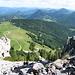 Blick hinunter vom Fadensteig.<br />Mittig die Sessellift Bergstation. Links Mitte das Almröserlhaus.
