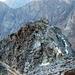 Mit Reif überzogene Felsen auf dem Grat