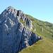 Der nächste Grataufschwung mit der markanten Rinne. Rechts das Gipfelkreuz Matthorn 2041m.