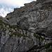 Die erste mit Ketten gesicherte Kraxelstelle. Links am Horizont das Gipfelkreuz des Haupt.