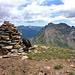 Gipfelsteinmann auf der Cima de Nomnom mit Blick zum Piz de Groven