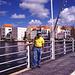 """auf der bekannten schwimmenden Brücke """"Emma"""",die die Stadtteile Punta und Otrobanda verbindet."""