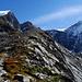 Le sentier suit la moraine du glacier; droit devant le Rottalhorn et le Louwihorn. Tout à droite le Gletscherhorn