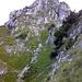 Kleiner Mythen vom Griggeli aus. Gut sichtbar der markante Kamin (III-), welcher sich vertikal durch den felsigen Gipfelaufbau zieht.