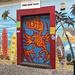 farbenprächtige Tür eines Surfladens