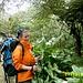 Margit bestaunt die Pflanzenwelt mit Callas und Baumfarnen