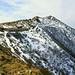 Hauptgipfel des Monte Gambarogno, davor einige Alpgebäude