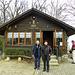 Hansruedi mit Anni vor dem Waldhaus