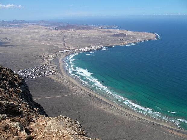 Türkisblau branden die Wellen des Atlantiks an den Strand von Famara