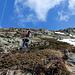 Raggiunte le rocce, mettiamo le ciaspole in spalla ed inziamo ad arrampicare. La foto non rende ... ma è quasi verticale