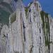 Close-Up der Felsschluchten von Kreuzberg III – zwei Kletterer befinden sich gerade im Abstieg über die Normalroute