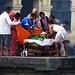 Vorbereitungen zur Verbrennung einer Toten beim Pashupatinath-Tempel