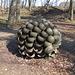 Eine besondere militärische Skulptur beim Réduit du Vully: aus lauter Stahlhelmen gefertigt