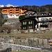 Ankunft im schön frühlingshaften Les Marécottes (1110m). Von der Bahnstation muss man durch den schönen Ferienort zuerst 70m zu den Bergbahnen hochlaufen.
