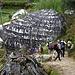 Nur noch wenige Leute in Nepal pflegen die Tradition die großen Felsblocke mit Schriftzeichen zu schmücken.
