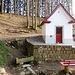 Guggerloch-Kapelle  -  bekannt ist das heilende Wasser aus dem Brunnen links unten
