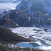 Muster aus Wasser und Schnee im Vorfeld des Silvrettagletschers