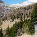 Alpe Cassengo mit den drei Häusern und ganz oben die Cap. Albagno