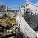 Capanna Albagno mit Brunnen - man achte die Eiszapfen