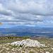 Auf dem Pelat de Buoux: die Steine haben wir mühsam zusammengetragen, jetzt braucht sie nur noch jemand aufzuschichten. Im Hintergrund der Mont Ventoux.