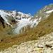 Erst wenn die Zunge des Chelengletschers schon ganz nah ist, verlässt der Weg den Talgrund und führt über den rechten Hang steil hinauf zur Hütte.
