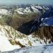 Ausblick zu den nördlichen Urner Alpen. Unten im Tal die Straße zum Sustenpass. Darüber der Einschnitt des Sustenjochs.