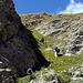 Aufstieg durch eine steile Grasrinne.