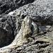 Der gelbliche Felsen ist der Schwachpunkt in der unteren Felsbarriere. Er wird von rechts nach links erklettert.