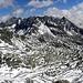 Blick Richtung Sudosten, mit Goßnitzbach und Goßnitzscharte, 2732m am Fuß des Große Hornkopf 3251m -links im Bild im Hintergrund, dann Klammerkopfe, 3155m-mitte und Keeskopf, 3081m-rechts, mit Petzeck, 3283m dahinter, der höchste Gipfel des Schobergruppe.