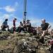 Eine lässige Hikr-Gruppe bei der Gipfelrast