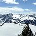 Kurz vor dem Gipfel sind sie alle wieder da - die stolzen Gipfel des Lechquellengebirges.