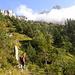 im Aufstieg zur Biwaldalp mit Schlieren hinter den Wolken