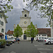 Vor der Fassade der Klosterkirche
