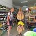 Nächster Tag...Auf dem Weg zur Mascaschlucht. Boxenstop in Tamaimo. Na, komm Fränk, sone Keule als Proviant für den kleinen Hunger??